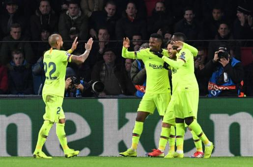 Lionel Messi celebra con sus compañeros uno de los goles frente al PSV Eindhoven.