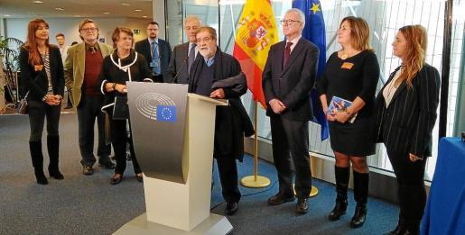 Jaume Mir Obrador, hijo del artista, se dirige a los asistentes en presencia de Tajani, Valcárcel, Tur y otros familiares.
