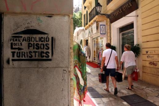 Imagen de una pinta contra el alquiler turístico en Palma.