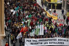 Miles empleados públicos y estudiantes se manifiestan en Barcelona