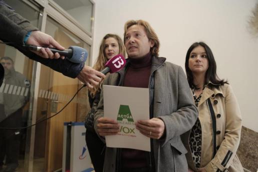 El líder de Actúa ha presentado a los medios la demanda contra Noguera, acompañado de sus vicepresidentas.