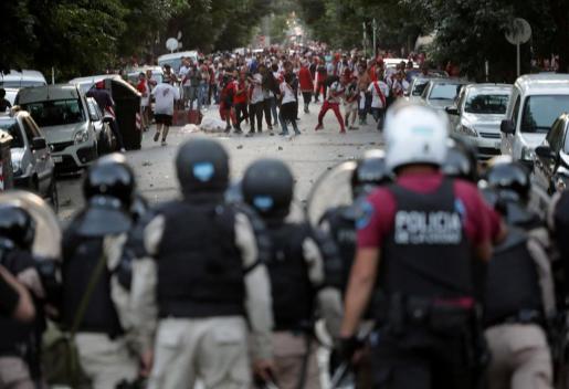 Seguidores del River enfrentándose a la policía antes del encuentro de la Copa de Libertadores, que finalmente se suspendió.