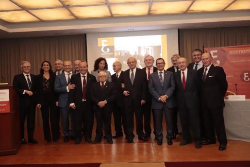 La consellera Catalina Cladera junto al presidente de los economistas y los que fueron galardonados.