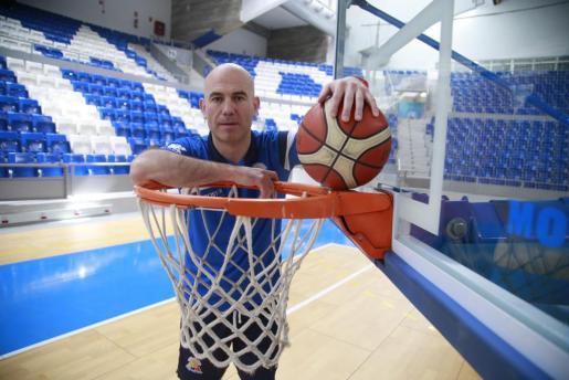 El técnico del Iberojet Palma, Félix Alonso, posa en Son Moix.