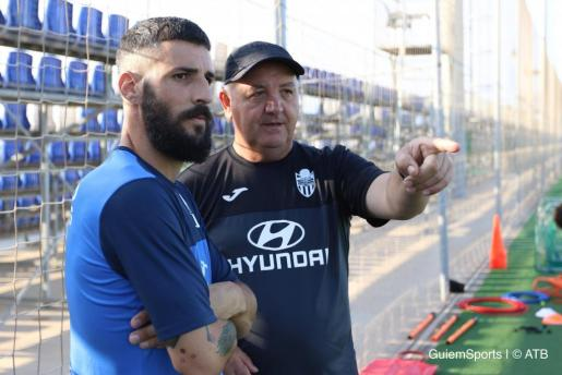 El técnico del Atlético Baleares, Manix Mandiola, dialoga con Marcos Jiménez de la Espada durante un entrenamiento.