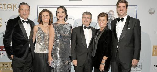 Esteban Mercer, a la izquierda, junto a Paula Serra, Àngels Mercer, Gabriel Alzamora, Carmen Serra y Dominik von Stauffenberg, al inicio de la gala.