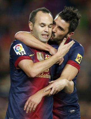 Imagen de archivo de los jugadores David Villa y Andrés Iniesta durante un partido con el F.C. Barcelona.
