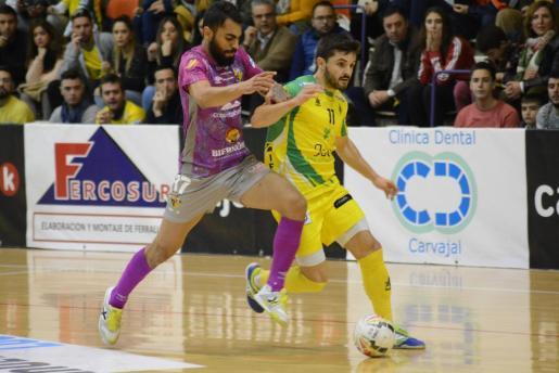 El jugador del Palma Futsal Diego Nunes pugna con un jugador local en un momento del partido disputado en La Salobreja de Jaén.