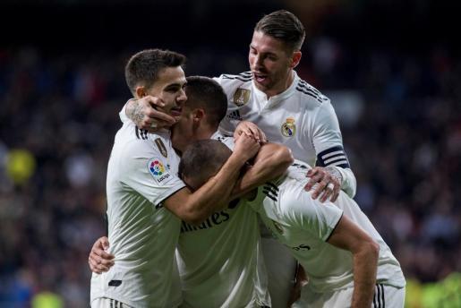 Los jugadores del Real Madrid celebran el segundo gol del equipo blanco durante el encuentro correspondiente a la jornada 14 de primera división que han disputado frente al Valencia en el estadio Santiago Bernabéu.