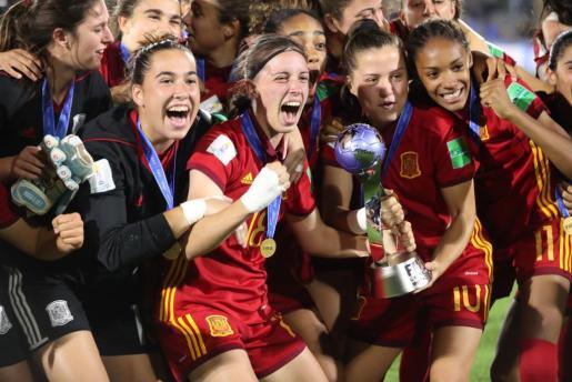 Las jugadoras de la selección, junto a la copa, celebran el título mundial sub17.