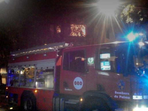 El incendio ha tenido lugar en la calle Blanquerna de Palma, donde se han personado los Bombers de Palma.