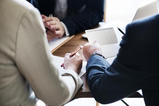 Un gestor aconseja a sus clientes cómo ahorrar en IRPF.