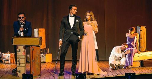 Los intérpretes Pablo Puyol (en el centro) y Ana Rujas, primera por la derecha, son dos protagonistas del montaje.