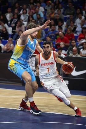 El base de España Jaime Fernández (d) intenta superar al pivot de Ucrania Viacheslav Kravtsov durante el partido correspondiente a la segunda ronda de la fase de clasificación para el Mundial de China de 2019 que se disputa en La Laguna.