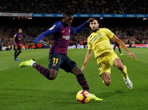 El jugador del F.C. Barcelona Dembélé, junto al jugador del Villarreal Alfonso Pedraza durante el partido disputado en el Camp Nou.