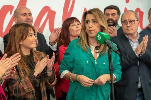 La candidata del PSOE-A a la presidencia de la Junta de Andalucía, Susana Díaz (c), en un hotel de Sevilla tras conocer los resultados de las elecciones al Parlamento de Andalucía.