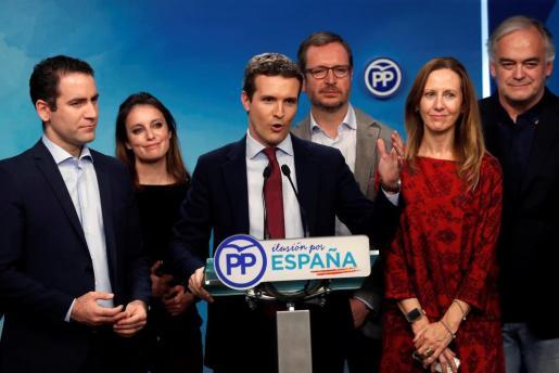 El presidente del Partido Popular, Pablo Casado (3-i), valora los resultados de las elecciones en Andalucía en la sede de su partido en Madrid.