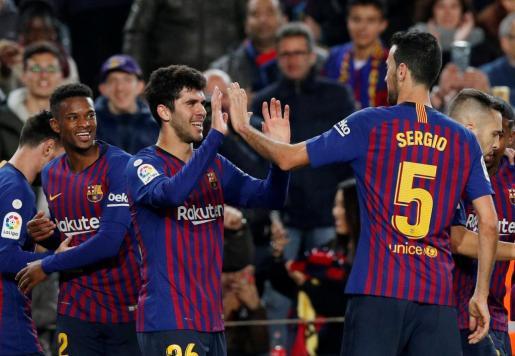 Sergio Busquets felicita a Carles Aleñà tras el gol.