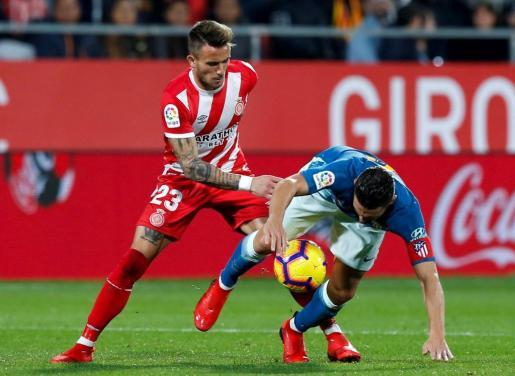 El centrocampista del Atlético de Madrid, Koke Resurrección (d), lucha por el balón frente al centrocampista del Girona, Aleix García (i), durante el partido disputado en Montilivi.