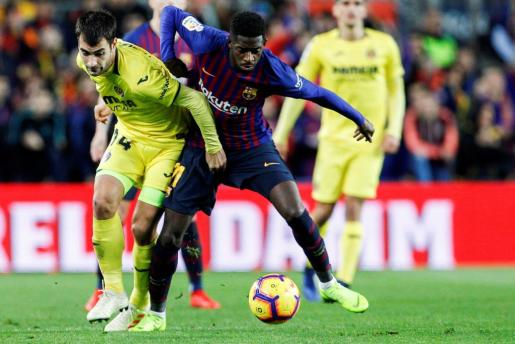 El delantero francés del FC Barcelona, Ousmane Dembélé (d), lucha con el centrocampista del Villareal CF, Manu Triqueros (i) durante el partido de la jornada 14 de liga en Primera División que se disputa esta tarde en el estadio del Camp Nou entre el FC Barcelona y Villareal CF.