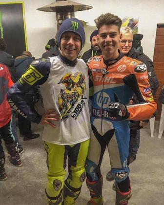 Valentino Rossi posa junto a Augusto Fernández.