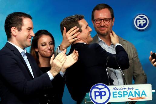 El presidente del Partido Popular, Pablo Casado (2-d), se abraza con el vicesecretario de Organización, Javier Maroto (d), tras conocer los resultados de las elecciones en Andalucía.