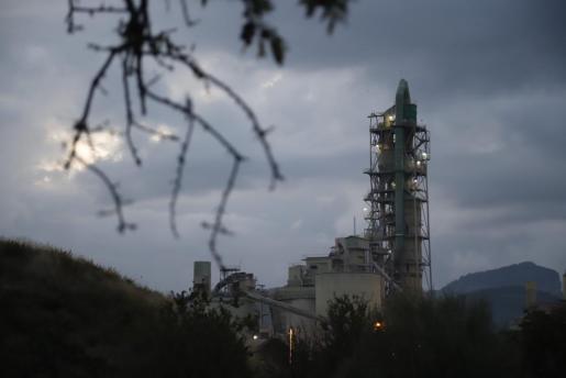 Imagen de la torre de la cementera de Lloseta.