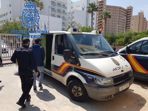La policía traslada al detenido por un intento de robo con violencia en Son Banya.