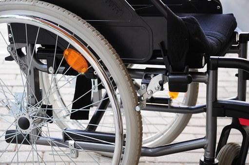 Una silla de ruedas para un niño con parálisis.