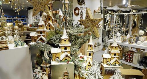 Los artículos realizados en madera, de estilo nórdico, gustan mucho, ya sean piezas para colocar en el belén o bien objetos para decorar el árbol o un rincón de la casa.