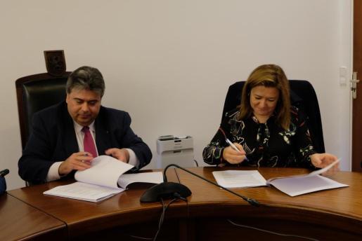 La consellera de Territorio e Infraestructuras, Mercedes Garrido, y el alcalde de sa Pobla, Biel Ferragut, durante la firma.