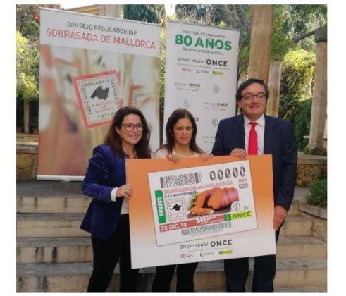 Momento de la presentación del cupón de la ONCE dedicado a la 'Sobrasada de Mallorca'. El cupón ha sido presentado por Josep Vilaseca, delegado territorial de la ONCE y Antonia Torres, gerente de la IGP Sobrasada de Mallorca.