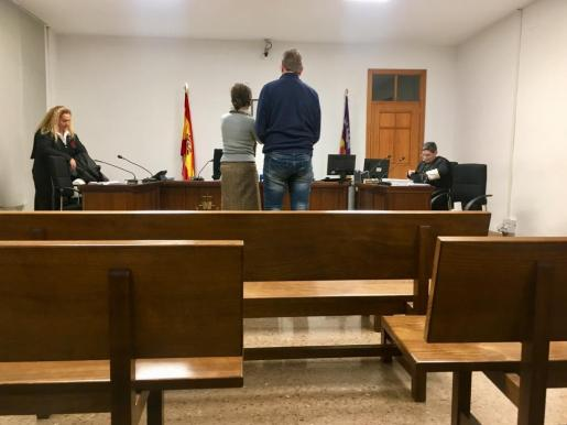 El acusado, junto a la intérprete de alemán.