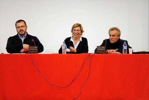 Antoni Llabrés, Lila Tomàs y Javier Pérez Royo, en la conferencia celebrada este lunes.