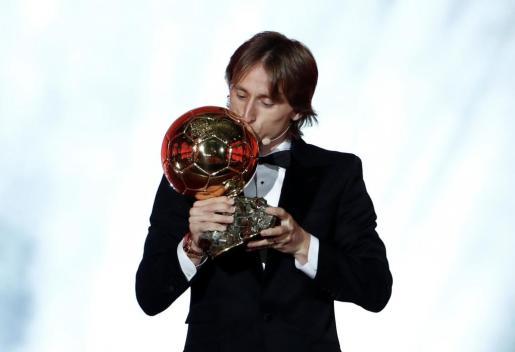 El futbolista del Real Madrid Luka Modric con el balón de oro.