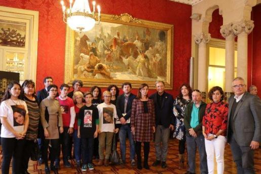Familiares y amigos de desaparecidos se reúnen en el Parlament balear.
