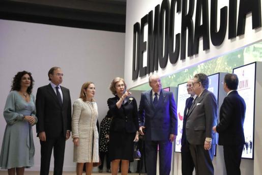 Los reyes Juan Carlos y Sofía, que han inaugurado una exposición sobre el 40 aniversario de la Constitución este martes en CaixaForum Madrid, acompañados, entre otros, de los presidentes del Congreso, Ana Pastor (3i) y Senado, Pío García Escudero (2i) y la ministra de Hacienda, María Jesús Montero (i).