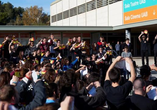 Unas 150 personas han roto banderas de España de papel en un acto organizado por los grupos Alerta Solidària y Absolució Antifeixistes UAB en la Universidad Autónoma de Barcelona para reivindicar la libertad de expresión.