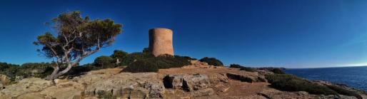 Vista general de la Torre de Cala Pi ya restaurada.