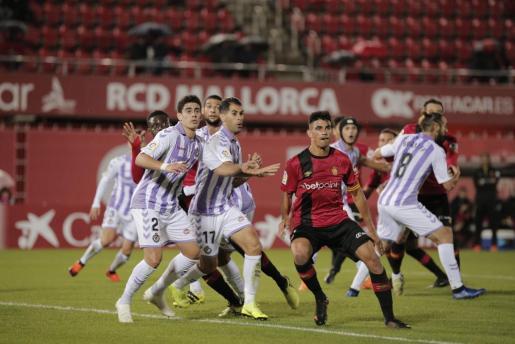 Xisco Campos, rodeado de jugadores del Valladolid, durante el partido de ida ante el Valladolid en el estadio de Son Moix.