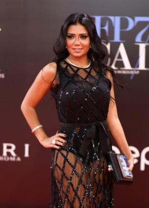 Fotografía de archivo de la actriz egipcia Rania Youssef mientras posa a su llegada a la alfombra roja del Festival Internacional de Cine de El Cairo (Egipto).