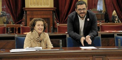 Fina Santiago y Vicenç Vidal en el pleno del Parlament.