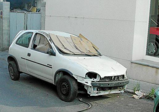 Imagen de un automóvil abandonado en la vía pública.