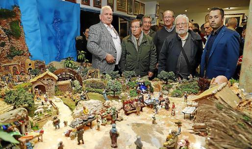 Integrantes de la hermandad y los autores del belén, junto a otros invitados.