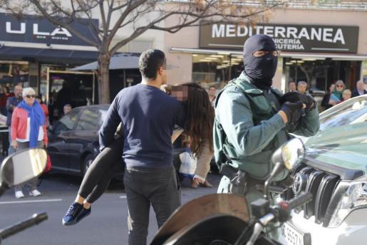 Tensión y desmayos entre los familiares de los detenidos en Palma.