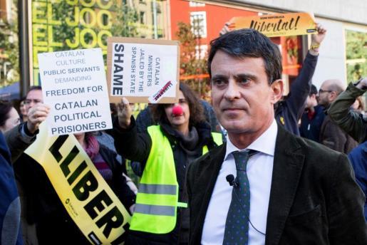 Decenas de personas intentaron este martes boicotear un acto del candidato a la alcaldía de Barcelona y ex primer ministro francés, Manuel Valls.