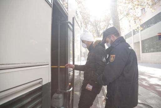 Un inmigrante es trasladado por la Policía Nacional en la comisaria de s'Escorxador, en Palma.