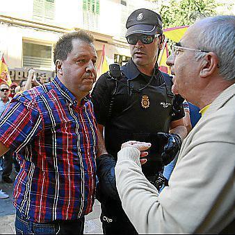 En las imágenes se Joan Font encarándose a Soler y también a dos agentes, mientras unos manifestantes le sujetan.