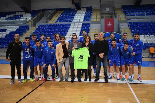 La plantilla del Palma Futsal posa con la consellera d'Esports, Fanny Tur y el director general Carles Gonyalons.