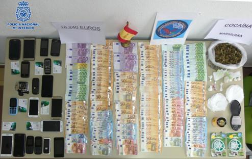 Dinero, móviles y droga incautados en la operación llevada a cabo en Maó.